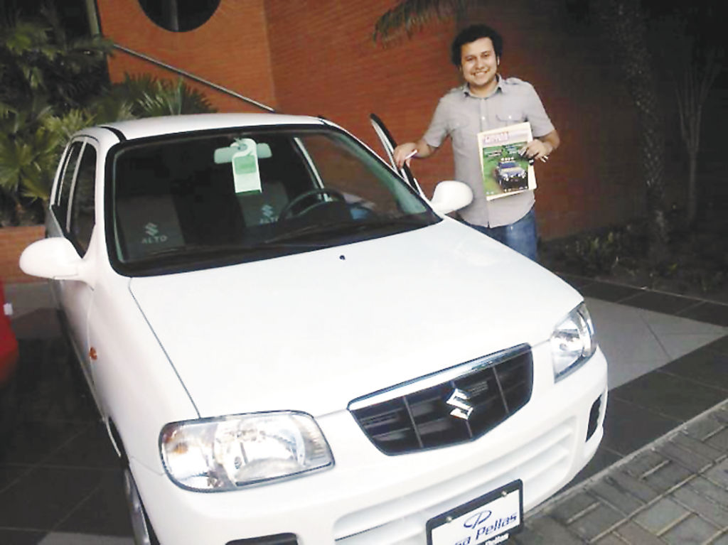 Un alegre Isaac Zelaya,  el 9 de enero de este año, día en que le entregaron su carro. Ahorró cinco años para poder pagar la prima.   LA PRENSA/ CORTESÍA