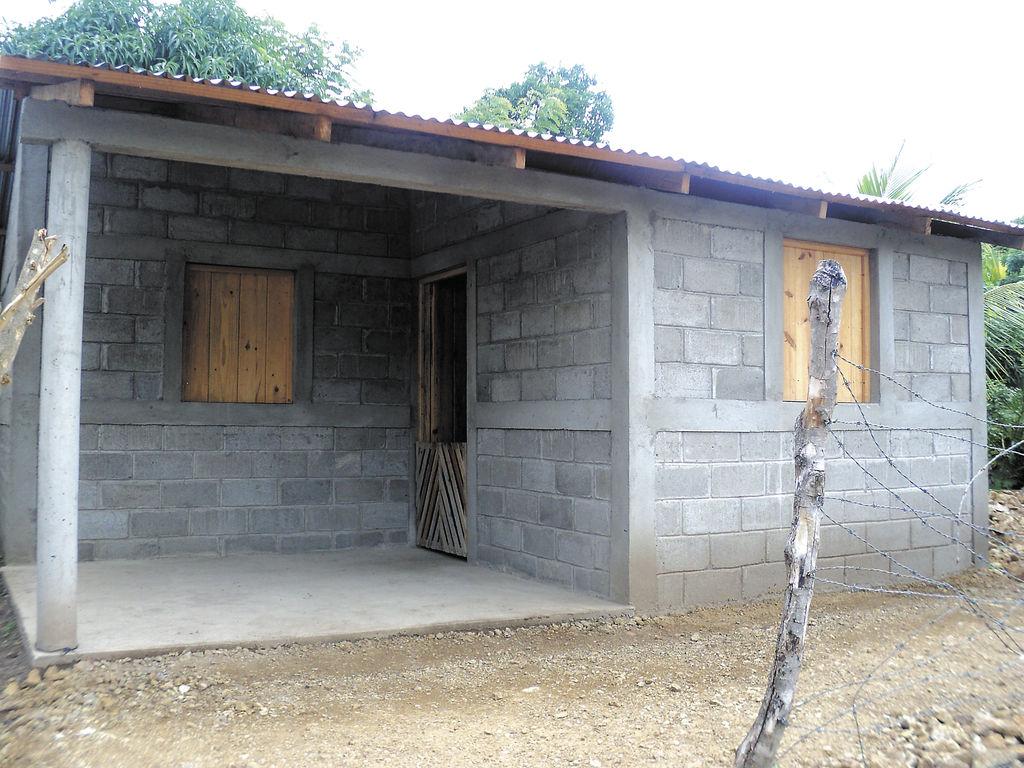 Somote os m s pobres estrenan casas la prensa for Tipos de techos para viviendas