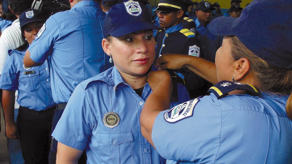 En las instalaciones del Colegio La Salle, en León, fue realizado el acto de ascensos policiales. LA PRENSA/E. LOPEZ