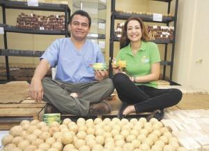 Daniel Meneses, gerente general de Natural Cosmética de Nicaragua, y su pareja, María Gabriela Quesada, muestran los jabones que están en fábrica. LA PRENSA/ J. TORRES