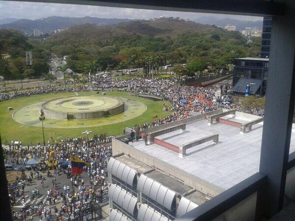Fotografía compartida por @SoyVnezolano, en la que se muestra la concentración en Plaza Venezuela, Caracas, previo a la marcha de estudiantes.