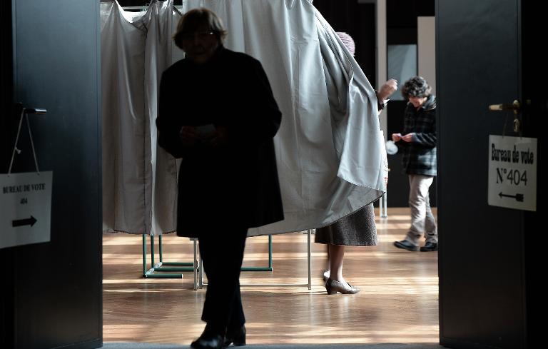 Unas electoras acuden a votar en las municipales el 23 de marzo de 2014 en Estrasburgo, en el este de Francia