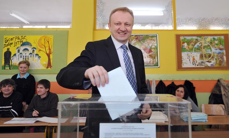 Dragan Djilas, líder del principal fuerza de oposición en Serbia, el Partido Democrático (DS), coloca su voto en una urna en Belgrado, el 16 de marzo de 2014, en el marco de legislativas anticipadas.