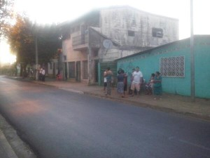 Habitantes del barrio 19 de julio, en el antiguo centro de Managua, permanecen en las afueras de sus casas.