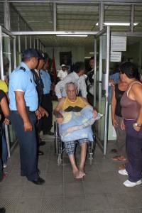 El hospital Óscar Danilo Rosales sufrió varias fisuras en sus paredes tras el sismo de esta tarde. LA PRENSA/ E. LÓPEZ.