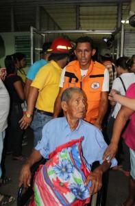 Los pacientes fueron evacuados por autoridades de la Cruz Roja, Defensa Civil y miembros de la Dirección General de Bomberos, luego que la infraestructura sufrió ruptura en el área de ginecología. LA PRENSA/E.LOPEZ