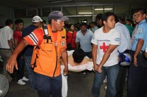 Defensa Civil y miembros de la Dirección General de Bomberos trabajaron en la evacuación. LA PRENSA/ E. LÓPEZ.