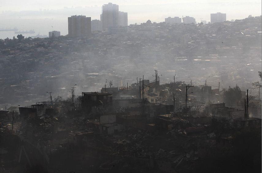 Vista general del cerro Merced después de un incendio en la ciudad de Valparaíso (Chile). LAPRENSA/EFE