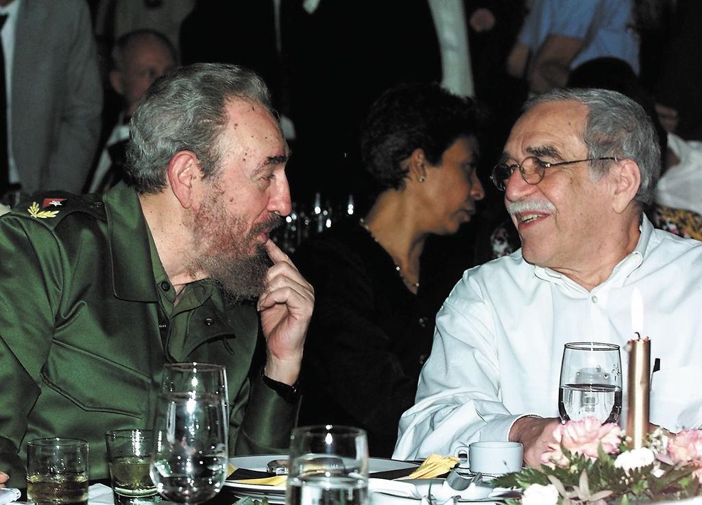 """La incondicionalidad de Gabriel García Márquez  hacia el gobierno de Fidel  Castro le fue criticada a lo largo de su vida. """"Cuba perdió a un amigo, aseguró Raúl Castro en un mensaje de pésame"""".  LA PRENSA/AFP"""