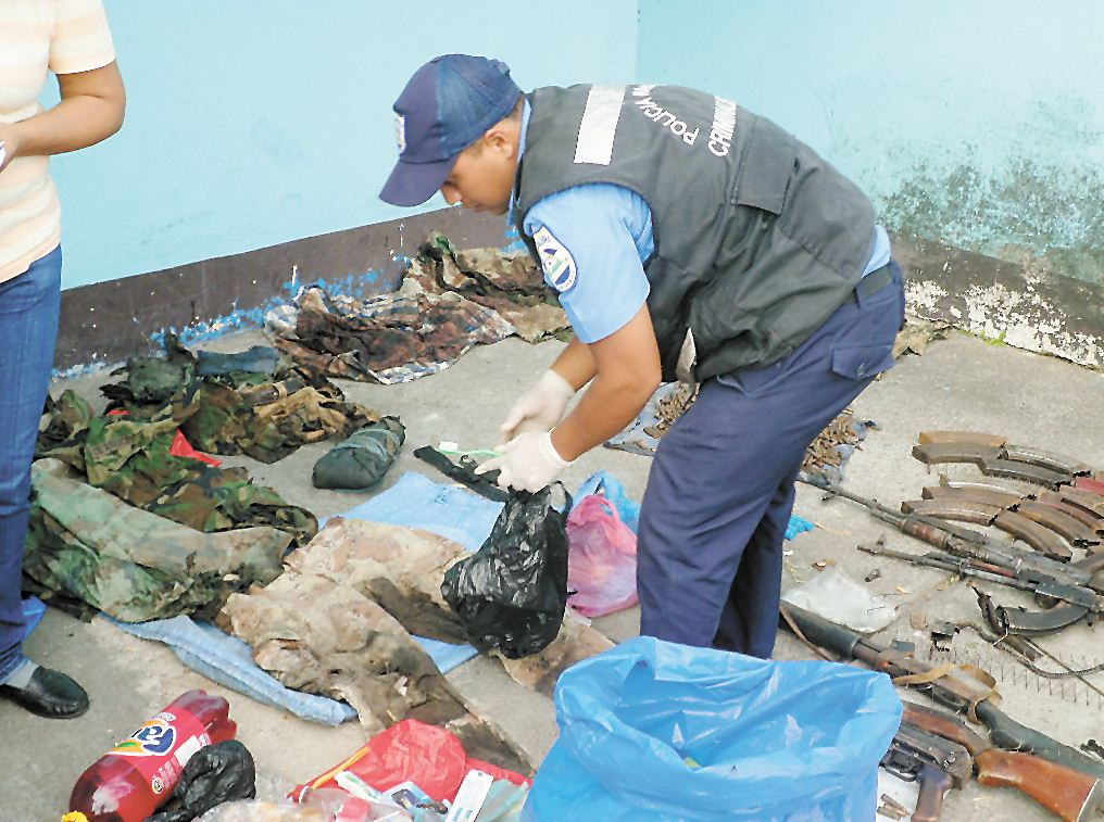 La Policía de Jinotega mostró ayer armas,  ropa y marihuana que supuestamente eran de los armados que murieron en el bombazo.  LA PRENSA/ SARA RUIZ