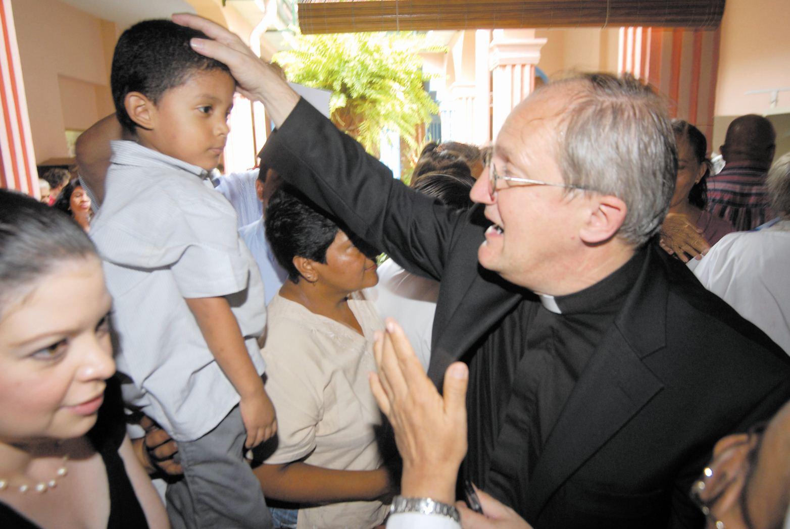El padre Enrico  Dan  Covolo, enviado del Vaticano  (agosto 2008) llegó al país para constatar la devoción a sor Maria Romero, como parte del proceso de canonización que se le sigue a la religiosa.