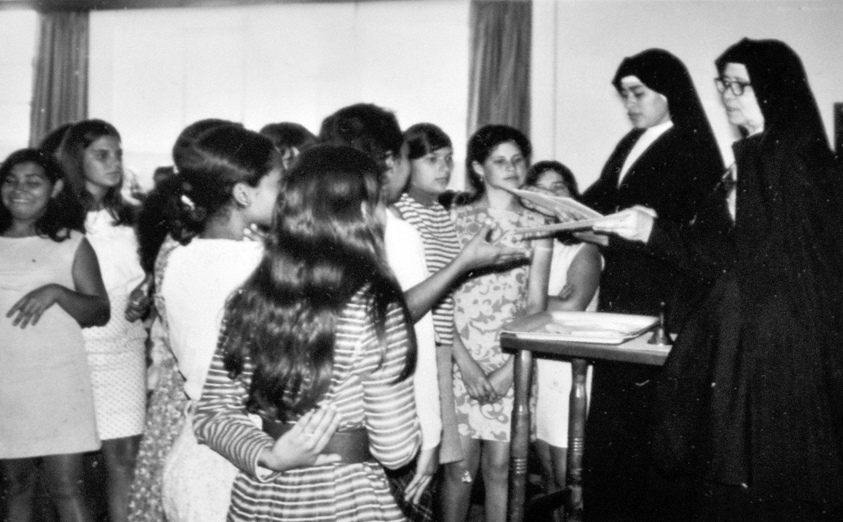 Una fotografía de hace muchos años, Sor María Romero  atiende a unas jovencitas. La vida de la monja fue darse por completo a los pobres.  LA PRENSA/ ARCHIVO
