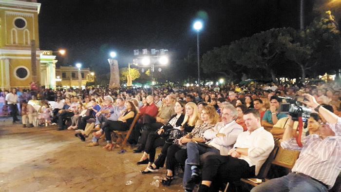 Poetas de 51 países participan en el Festival.    Ayer varios poetas centroamericanos  dieron lectura a sus versos en la Plaza de la Independencia de Granada.  LAPRENSA/LISSA VILLAGRA