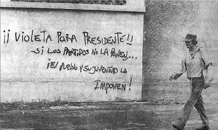En la leyenda escrita en la pared se aprecia el apoyo del que gozaba doña Violeta Barrios de Chamorro, quien por su denuncia constante desde LA PRENSA se convirtió en la persona más confiable para gobernar el país. LA PRENSA/ REPRODUCCIÓN DE FUNDACIÓN VIOLETA BARRIOS DE CHAMORRO