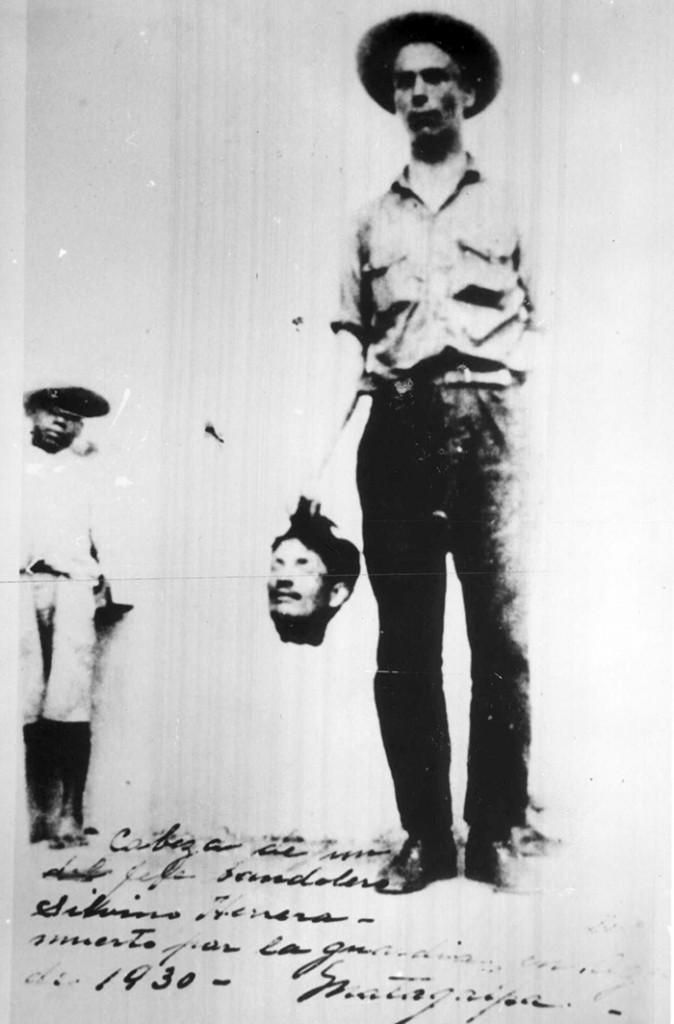 En esta fotografía un marine exhibe la cabeza de Silvino Herrera, cuyo asesinato fue cometido por el terrateniente Tránsito Úbeda. LA PRENSA/CORTESÍA