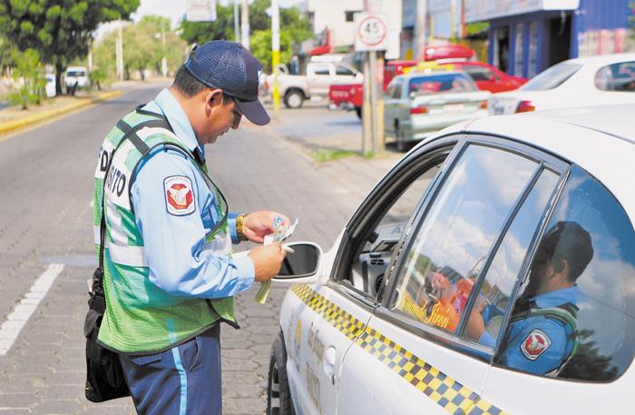 Por medio de las redes sociales,  la ciudadanía ha denunciado abusos policiales con el tema de las multas de tránsito, fiscalizando el papel policial en las calles. LA PRENSA/ARCHIVO