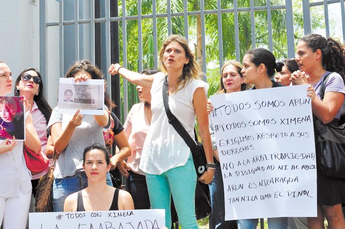 La lucha de Ximena Gutiérrez por recuperar a su hijo  frente a la Embajada de Alemania, saltó de las redes a las calles y de ahí a las esferas del poder político.  LA PRENSA/MVALENZUELA