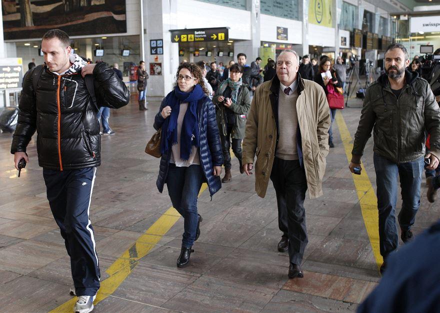 Familiares de los pasajeros del avión Airbus A 320 que se ha estrellado en los Alpes, en el sur de Francia, a su llegada para informarse al aeropuerto de Barcelona de donde había despegado con destino a Dusseldorf con 150 personas a bordo, entre pasajeros y tripulación. EFE/Alejandro García