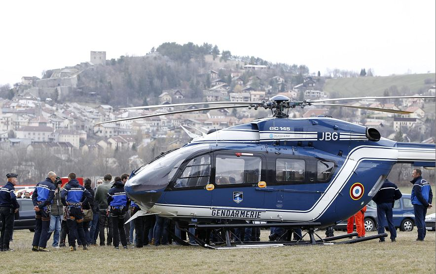 Miembros de la Gendarmería francesa se agrupan junto a un helicóptero cerca del lugar donde se estrelló un Airbus A320 que operaba la compañía alemana Germanwings con 150 personas a bordo, en Seyne-les Alps, Francia. LA PRENSA/EFE/SEBASTIEN NOGIER