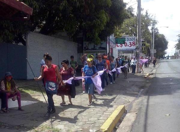 El Grupo de Mujeres Sacuanjoche, de Matagalpa, se acerca caminando hacia la concentración en la rotonda Hugo Chávez, zona que permanece cercada por policías. LA PRENSA/R. Álvarez