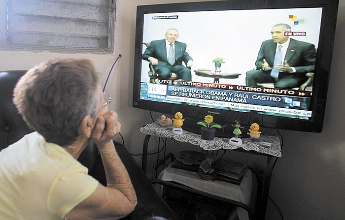Una mujer cubana mira en televisión las imágenes del encuentro entre los presidentes de Cuba, Raúl Castro, y Estados Unidos, Barack Obama, ayer. LA PRENSA/ EFE