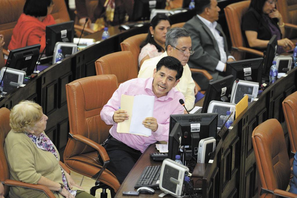Oficialismo admite reducción en ayuda