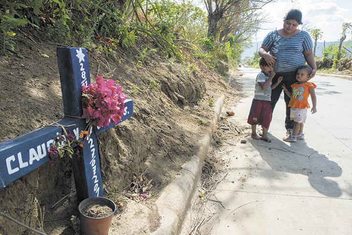 A dos cuadras de su casa, la cruz representa  el lugar exacto en que Magali Mercado Dávila fue macheteada junto con su tía. LA PRENSA/OSCAR NAVARRETE.