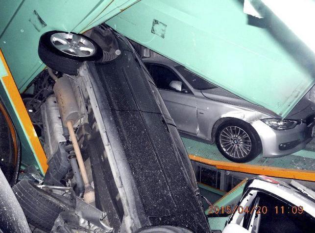 Fotografía facilitada por el Departamento de Bomberos de Taipei que muestra varios coches en un aparcamiento, amontonados y con destrozos ocasionados por un terremoto. LA PRENSA/EFE