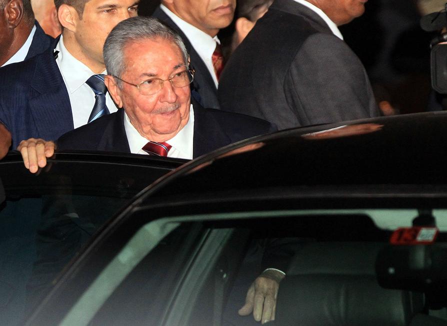 El presidente de Cuba, Raúl Castro, llega a la Ciudad de Panamá. EFE/Alejandro Bolívar