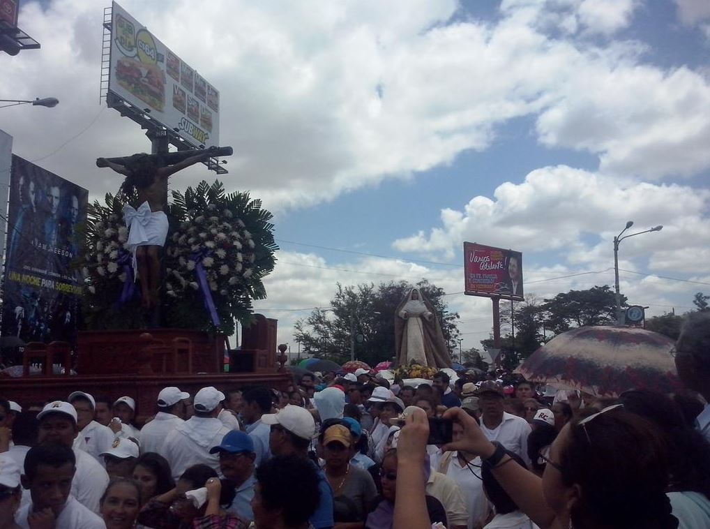 Viacrucis aproximándose a la Catedral Metropolitana de Managua. LA PRENSA/E. Romero
