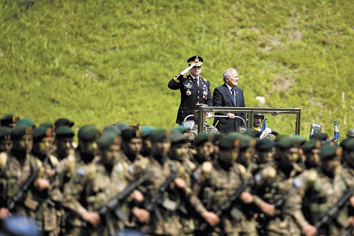 El presidente de El Salvador, Salvador Sánchez Cerén,  dispuso de fuerzas élites de la Policía y las Fuerzas Armadas para combatir a las maras organizadas que azotan ese país. LA PRENSA/ARCHIVO
