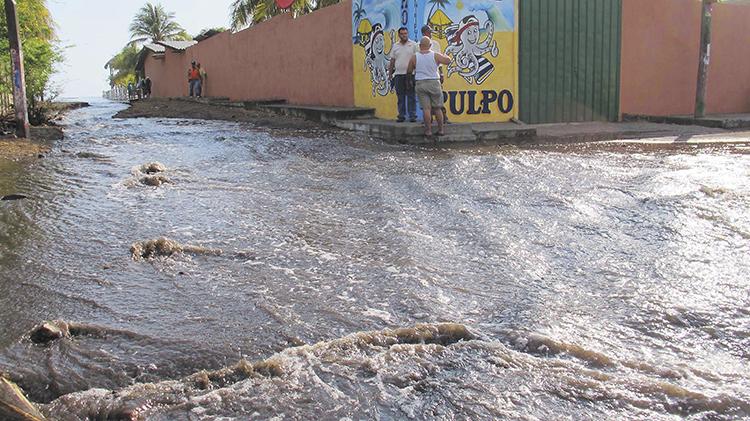 """En Poneloya, León, producto del """"Mar de Fondo"""",  las olas han ingresado hasta las calles del poblado.  LA PRENSA/ E. LÓPEZ"""