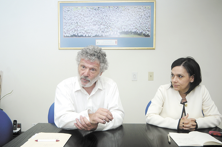 Walter Bender,  fundador de Sugar Labs y Claudia Urrea, investigadora del Instituto Tecnológico de Massachusetts. LA PRENSA/ R. FONSECA