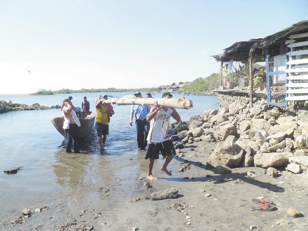 Las autoridades de la Policía de León  lograron la captura de tres sujetos,  supuestamente por extraer los recursos naturales de la isla Juan Venado.  LA PRENSA/E.LOPEZ
