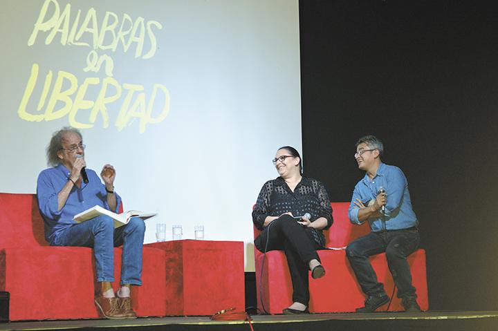Luis Eduardo Aute  lee una selección de poemas de su libro animaLhada. Le acompañan Katia Cardenal y Holbein Sandino.  LAPRENSA/MARTA L. GONZÁLEZ
