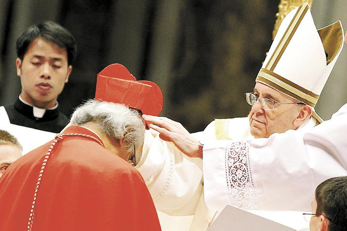 El papa Francisco mientras ordenaba al cardenal Leopoldo Brenes, en febrero de 2014, el segundo en la historia del país. LA PRENSA/ ARCHIVO