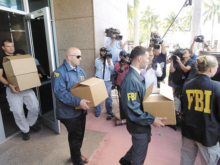 Agentes del FBI   extraen documentación de las oficinas de  Concacaf en Miami, Florida, como parte de las investigaciones que realizan.   LA PRENSA/AFP