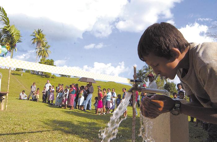Cada vez deben cavar más profundo los pozos  en las comunidades del Caribe para extraer el esencial líquido, mientras en la zona del Pacífico la sustancia es cada vez más escasa. LA PRENSA/ ARCHIVO