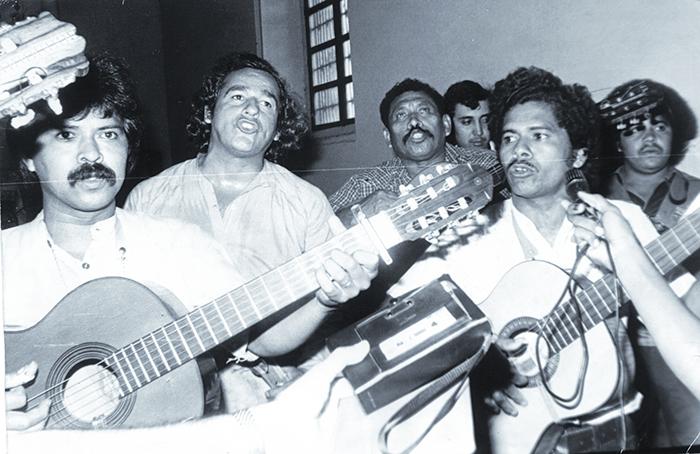 Carlos Mejía Godoy y Los de Palacagüina, cantando la Misa Campesina en memoria de cinco mártires de  El Calvario en León,  febrero 16 de 1980. Foto: Archivo