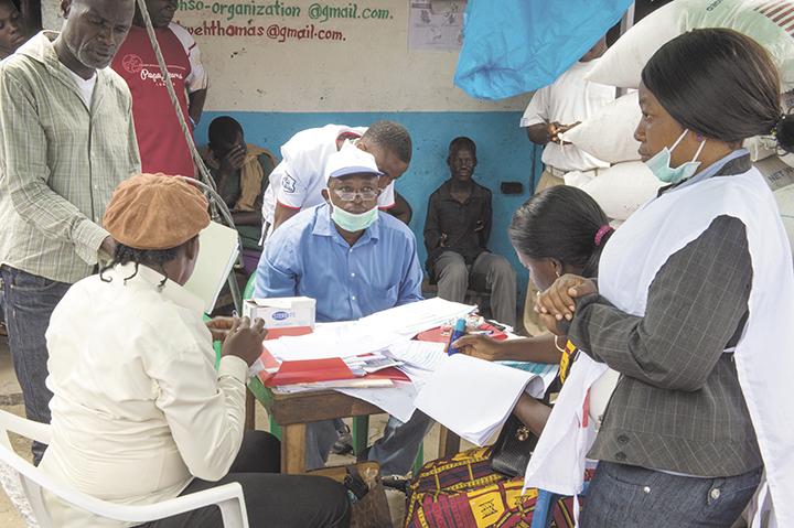 Equipo humanitario del Programa Mundial de Alimentos atendiendo a las víctimas de la epidemia del ébola en Liberia.