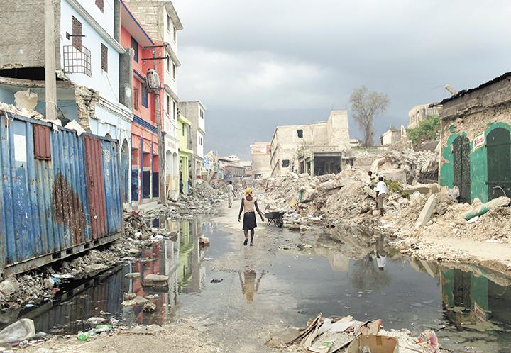 El terremoto en Haití dejó  unas 220, 000 personas muertas y a más de 1, 5 millones sin hogar. La catástrofe de magnitud 7.3 en la escala de Richter llenó de caos la capital del país el 12 de enero de 2010.