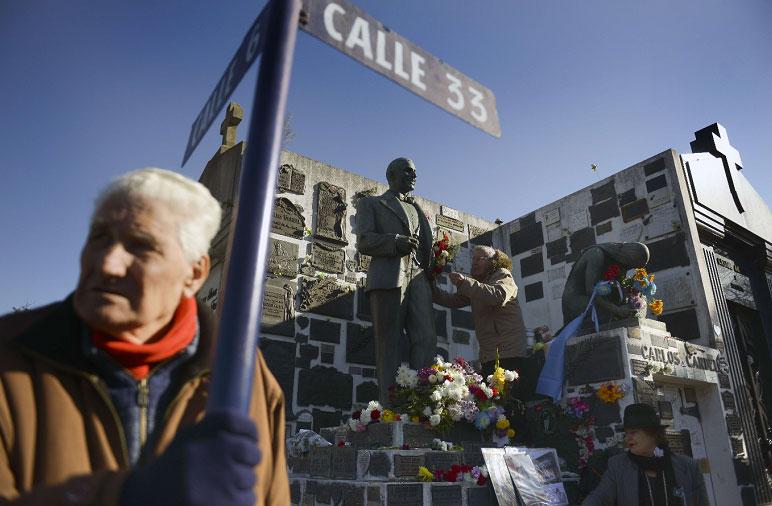 Buenos Aires rinde homenaje a Carlos Gardel a 80 años de su muerte