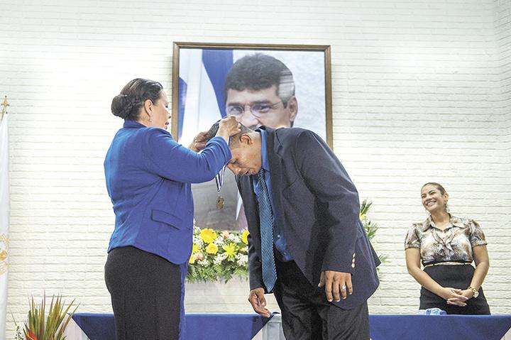 En el sexto aniversario de la muerte violenta de Alexis Argüello,  la Alcaldía lo recordó honrando a Mayorga, uno de sus detractores. LAPRENSA/J. TORRES