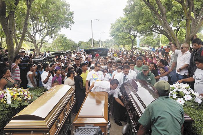Las tres víctimas de la masacre  fueron sepultadas el lunes 13 de julio, en el cementerio Jardines del Recuerdo.  LA PRENSA/ M. ESQUIVEL