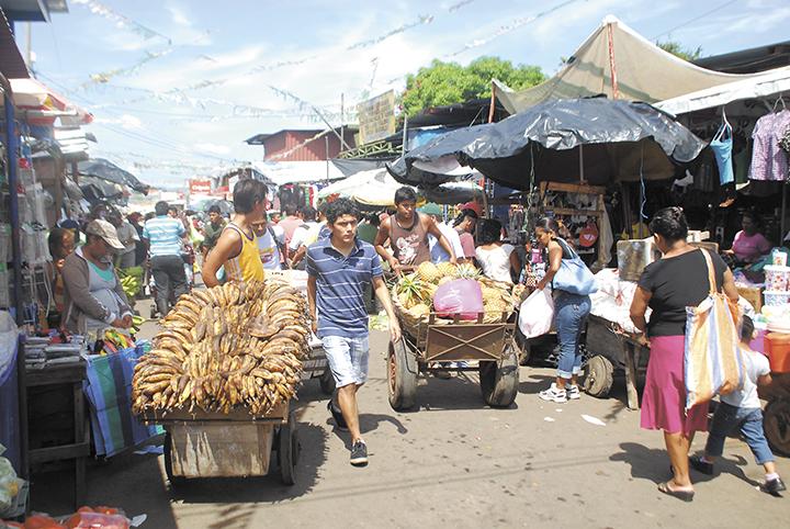 El hábito de la mayoría de comerciantes de tramos del Mercado Oriental  es sacar su mercadería en las vías de acceso para ponerla a la vista de los compradores. Tal práctica crea desorden. LAPRENSA/ARCHIVO