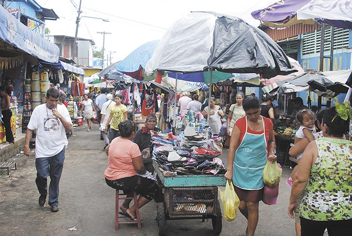 Los vendedores ambulantes dificultan la movilidad de los compradores  y son un obstáculo al momento de atender una emergencia. Se ha intentado ordenar y no se ha logrado. LAPRENSA/ARCHIVO
