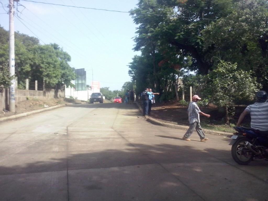 Peritos policiales investigan en la zona donde fue atacada la familia Reyes, por policías que realizaban operativo antidrogas. LA PRENSA/Bianca Narváez