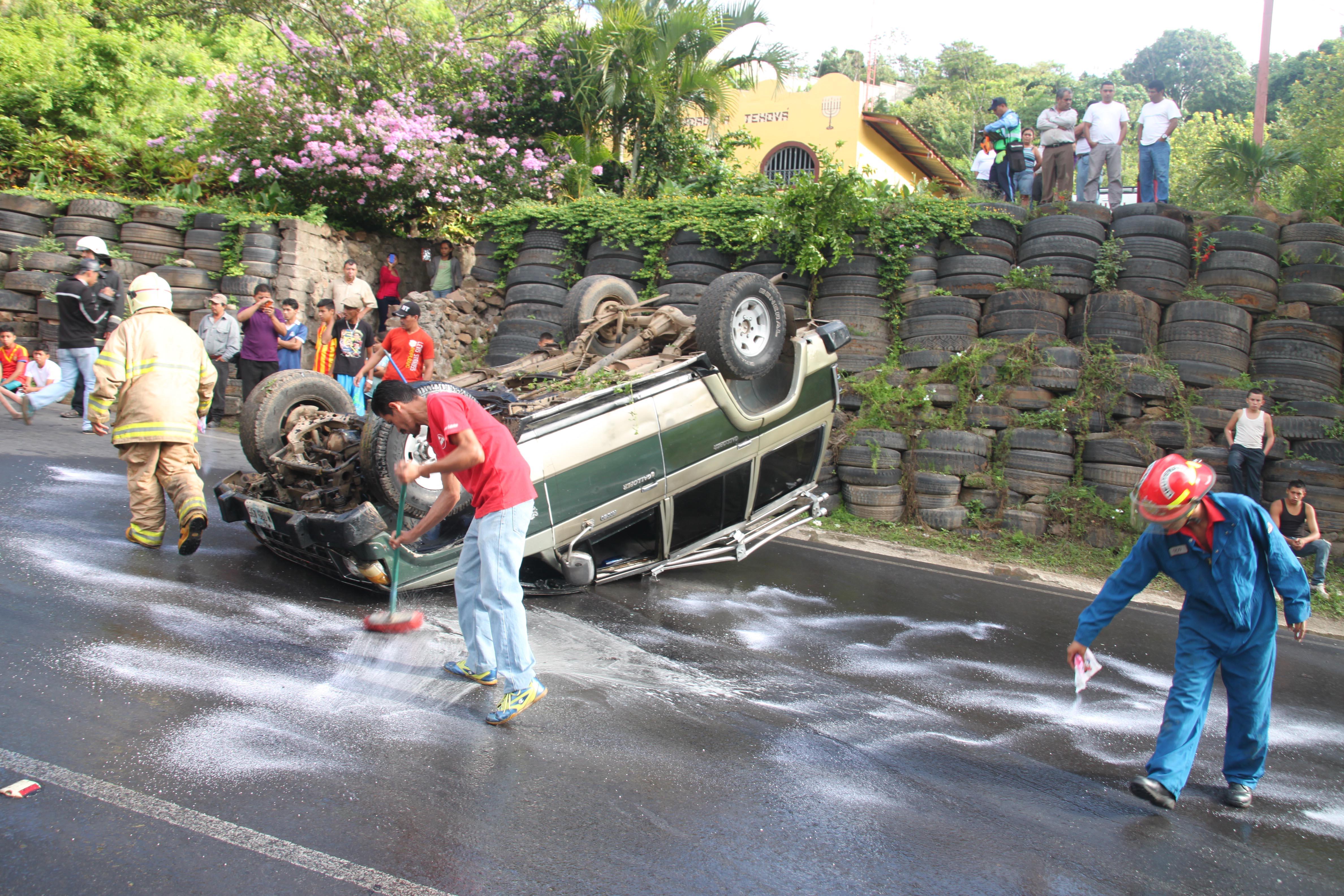 Limpian zona donde se impactó el automóvil. LA PRENSA/LUIS E. MARTÍNEZ.