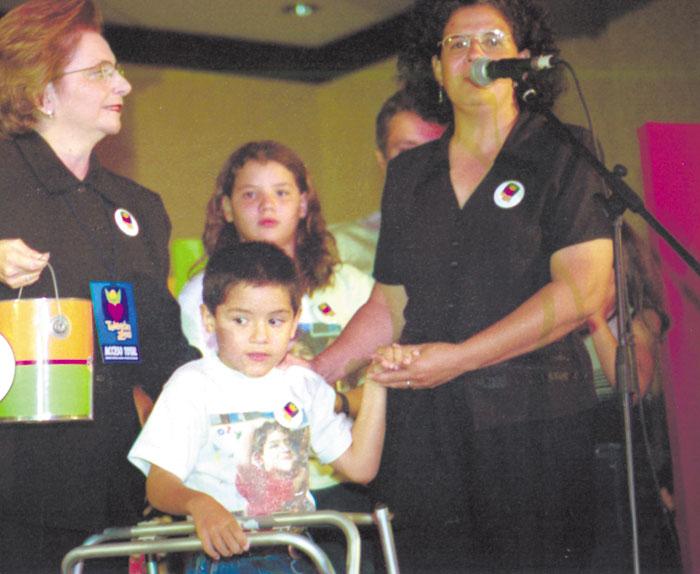El pequeño Antonio, el 27  de julio de 2001 durante el Teletón de ese año. De la mano le sostiene María de Jesús Largaespada, su mamá.