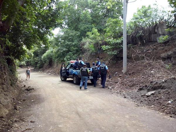 Pobladores de Las Jagüitas insisten en que policías dispararon al carro sin antes hacer señales para que se detuviera, en este camino que carece de alumbrado público. LA PRENSA/R. Moncada